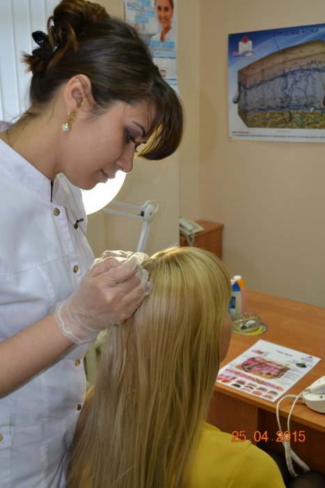 фото врач-трихолог проводит процедуры по лечению волос